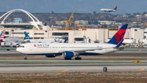 FAA proposes $27,500 fine for Delta passenger who allegedly hit flight attendant